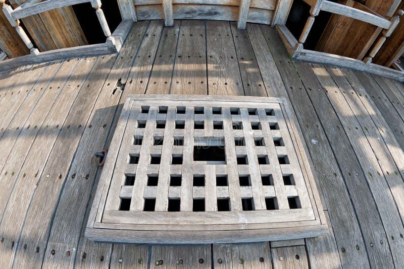 Detalhe de madeira da vigia do navio de pirata fotos de stock royalty free