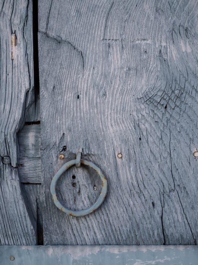 Detalhe de madeira pintado velho da porta foto de stock royalty free