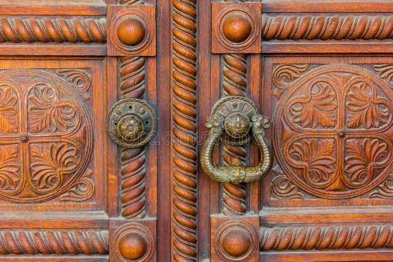 Detalhe de madeira velho da porta com Rusty Ring Doorknobs foto de stock royalty free