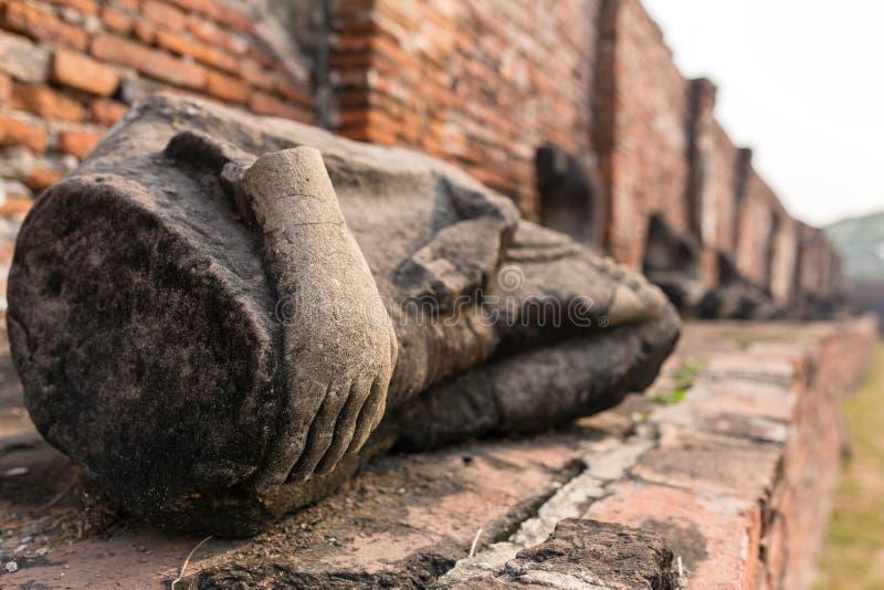 Detalhe de muitas Budas decapitado ao longo de uma parede do templo em Wat Mahathat fotografia de stock