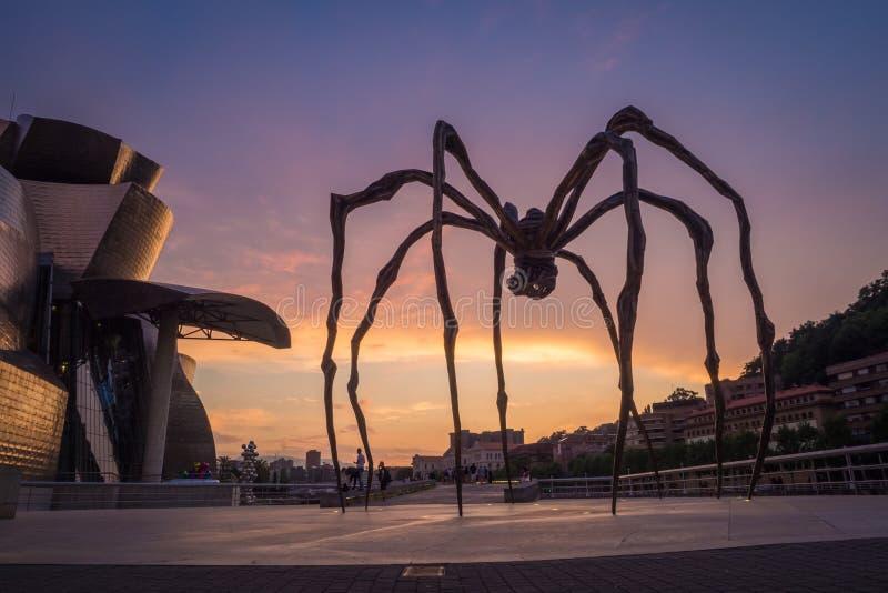 Detalhe de museu de Guggenheim e de escultura gigante da aranha em Bilbao foto de stock