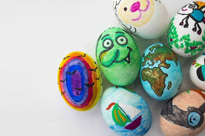 Detalhe de ovos da páscoa pintados com formulários diferentes, desenhos animados e cores brilhantes no fundo branco isolado fotos de stock