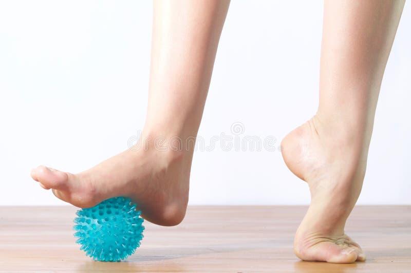 Detalhe de pés do dançarino de bailado com a bola para a massagem imagem de stock royalty free