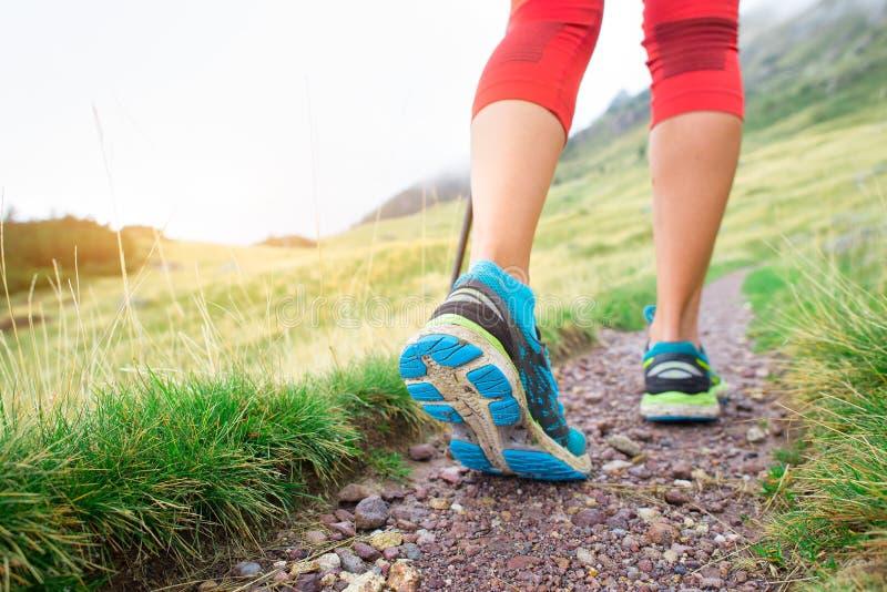 Detalhe de pés durante uma caminhada da montanha de uma menina fotografia de stock royalty free