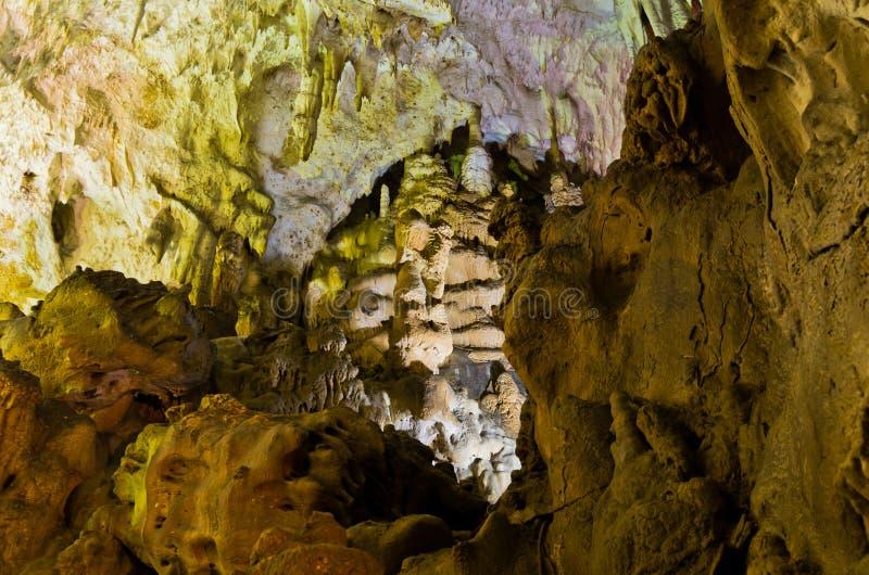 Detalhe de parede lluminated com muitas decorações naturais de surpresa, montanhas da caverna de Homolje imagens de stock