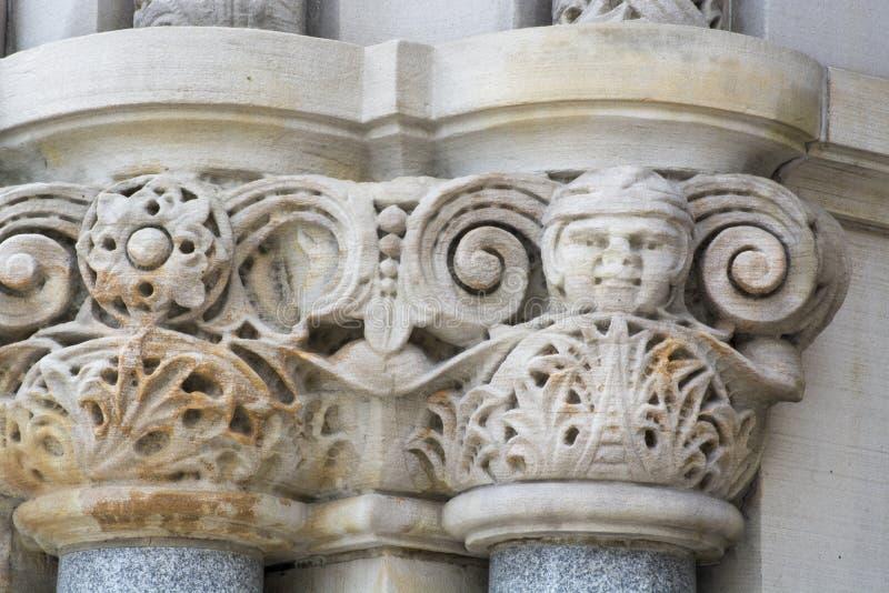 Detalhe de pedra cinzelado na construção imagens de stock