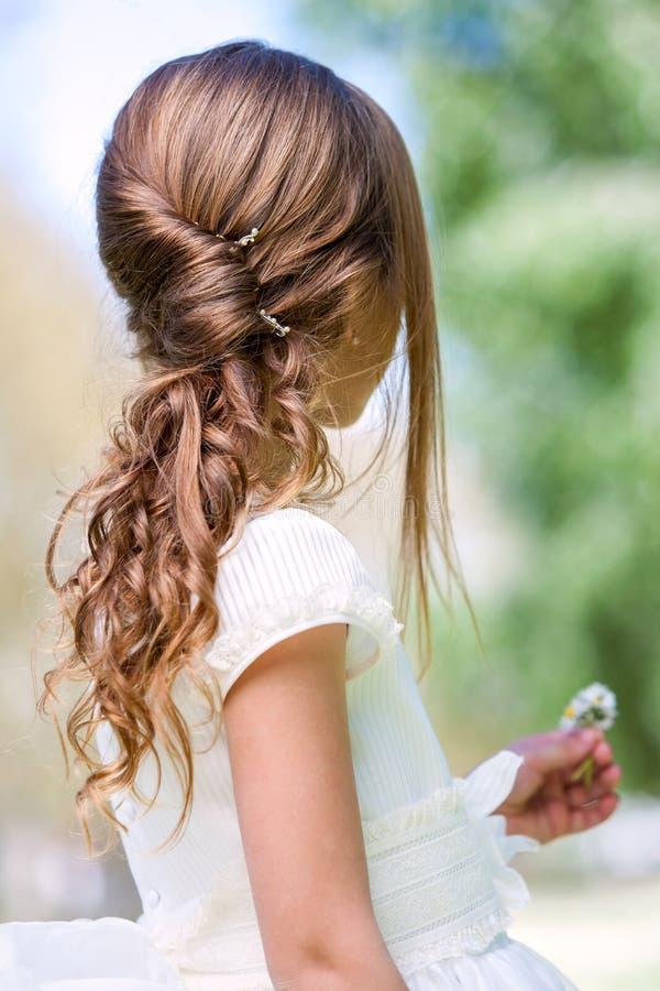Detalhe de penteado do comunhão da menina. foto de stock