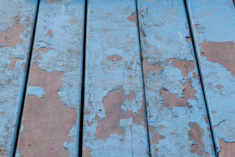 Detalhe de placas de madeira velhas pintadas na luz - azul com diversas camadas de pintura descascada imagem de stock royalty free
