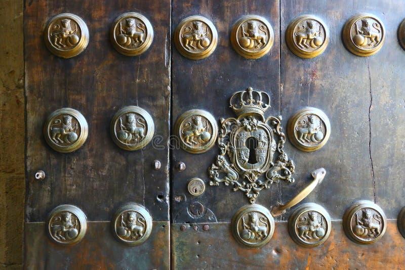 Detalhe de porta velha bonita em Sevilha, Espanha fotos de stock royalty free