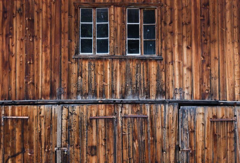 Detalhe de portas de celeiro velhas e resistidas foto de stock
