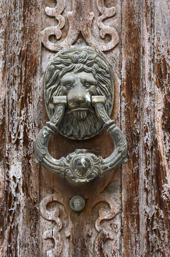 detalhe de portas de madeira deterioradas com puxadores de Leon imagens de stock
