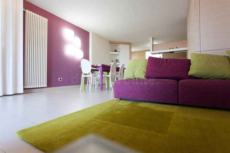 Detalhe de sala dinning com tabela e as cadeiras coloridas fotografia de stock