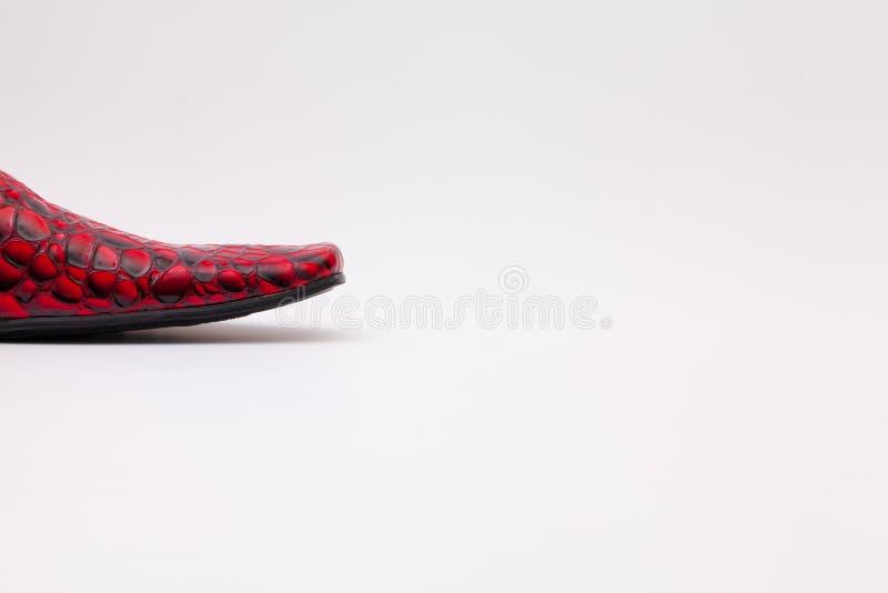 Detalhe de sapatas vermelhas do ` s dos homens na tabela branca imagens de stock