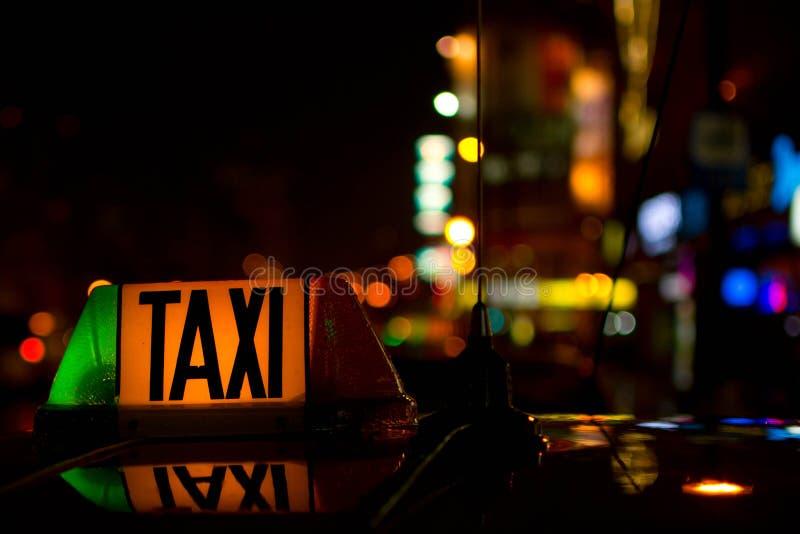 Detalhe de sinal do táxi na noite fotos de stock royalty free