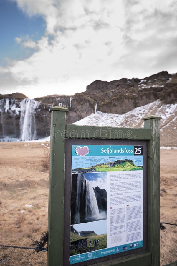 Detalhe de sinal de Seljalandsfoss no inverno fotos de stock royalty free