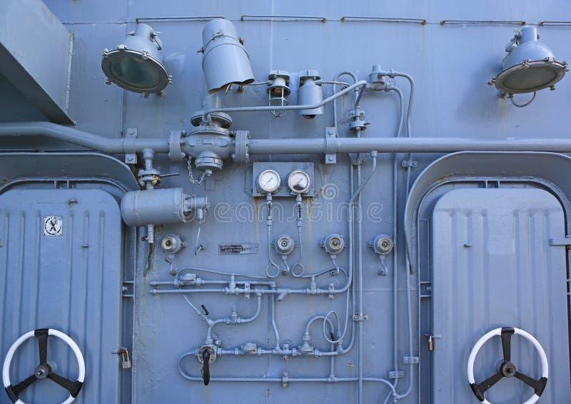 Detalhe de sistema velho e da porta de aço na navio de guerra foto de stock royalty free