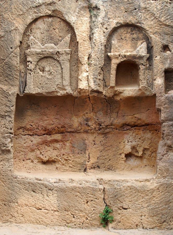 Detalhe de t?mulo de pedra cinzelado no templo da ?rea dos reis nos paphos Chipre fotografia de stock