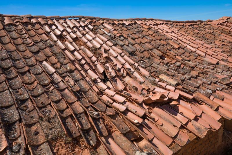 Detalhe de telhado comprimido com telhas quebradas foto de stock