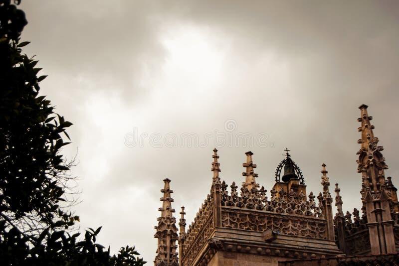 Detalhe de telhado gótico da catedral imagem de stock