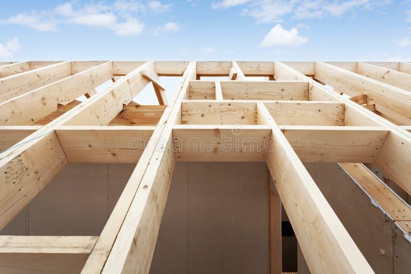 Detalhe de telhado novo na casa sob a construção fotografia de stock royalty free