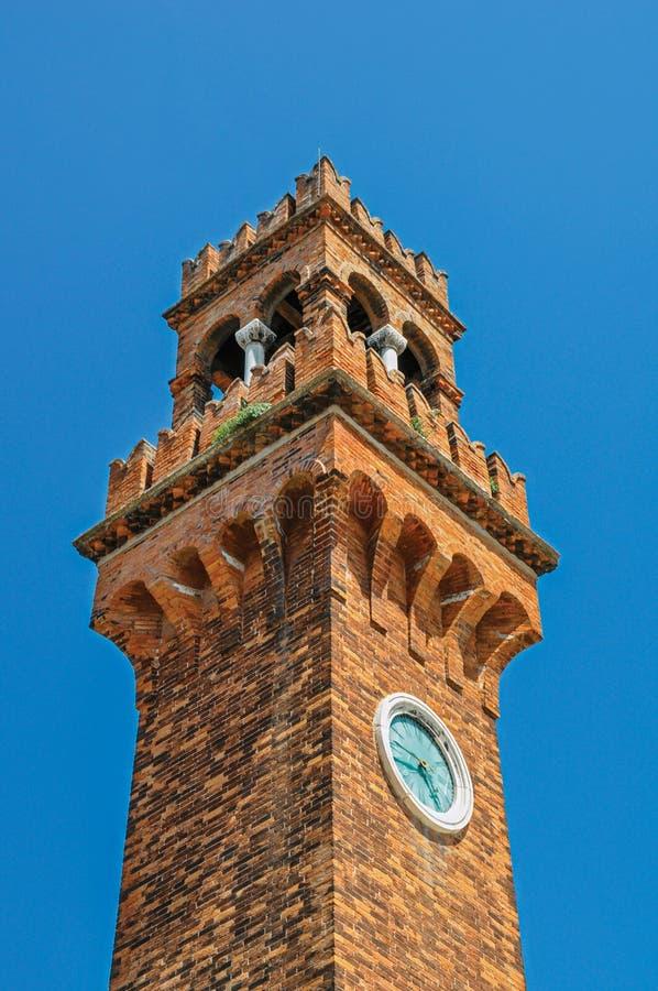 Detalhe de torre de pulso de disparo feito dos tijolos com o céu azul ensolarado em Murano fotografia de stock royalty free