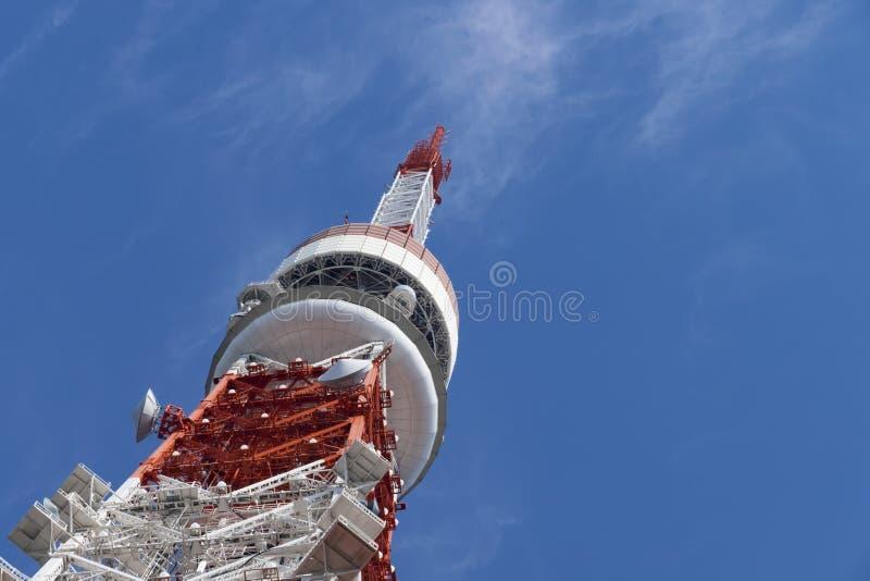 Detalhe de torre do Tóquio, o marco de Japão no céu azul fotografia de stock royalty free