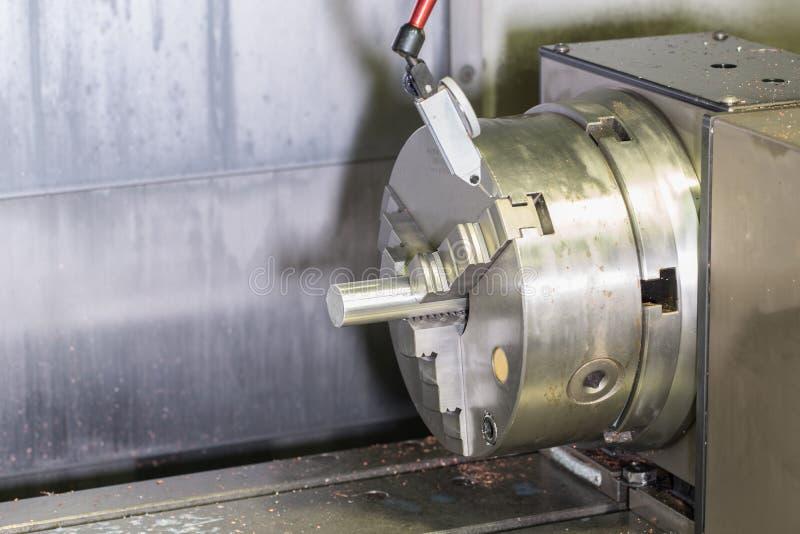 Detalhe de trituração no metal que corta a máquina do cnc com o tubo cru do metal fotos de stock royalty free