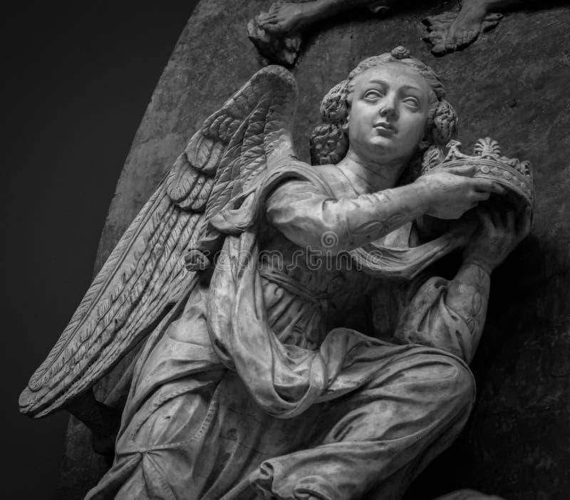 Detalhe de um anjo de pedra na fachada de uma igreja medieval fotografia de stock