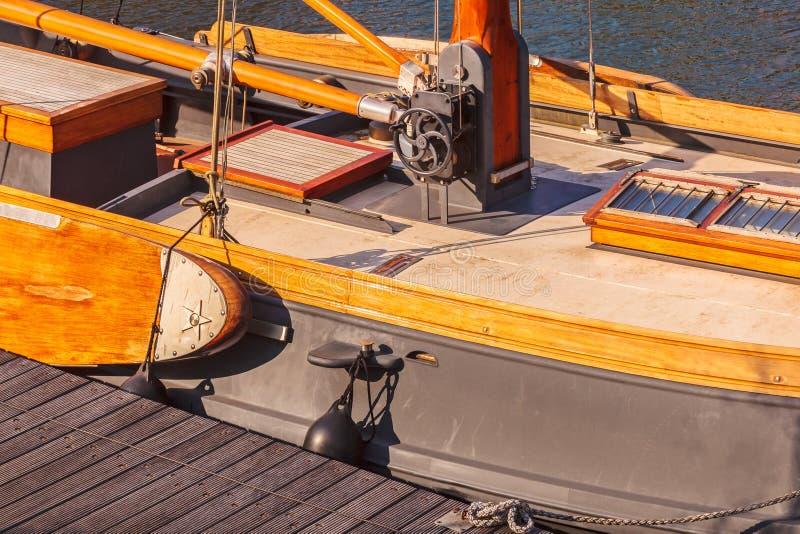 Detalhe de um barco de vela de madeira clássico holandês fotografia de stock