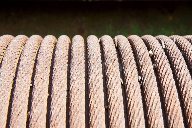 Detalhe de um cabo de aço velho envolvido acima em uma bobina imagem de stock royalty free
