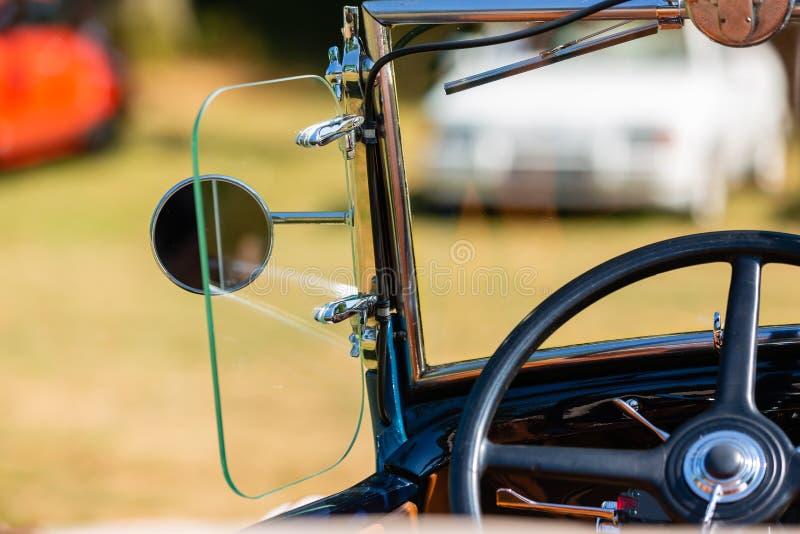 Detalhe de um carro clássico em uma reunião do carro do vintage fotos de stock