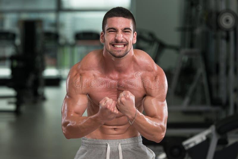 Detalhe de um halterofilista que levanta no Gym imagem de stock royalty free