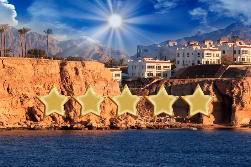 Detalhe de um hotel luxuoso de cinco estrelas com construção bonita no fundo em um dia ensolarado bonito Lente do deslocamento da imagens de stock royalty free