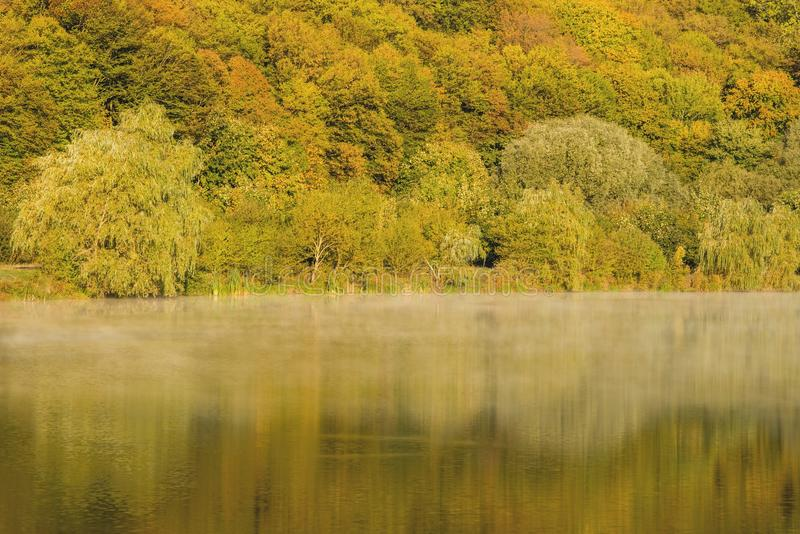 Detalhe de um lago bonito nas montanhas fotografia de stock