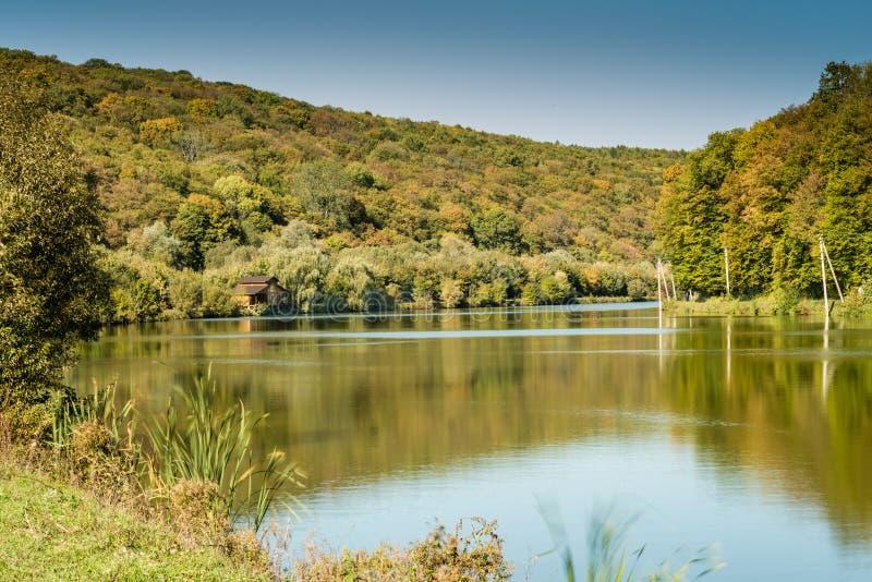 Detalhe de um lago bonito nas montanhas fotos de stock