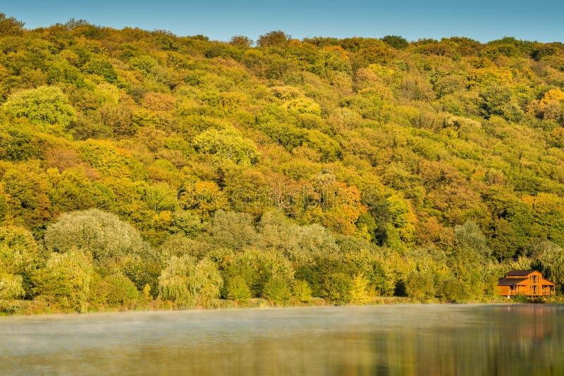 Detalhe de um lago bonito nas montanhas foto de stock