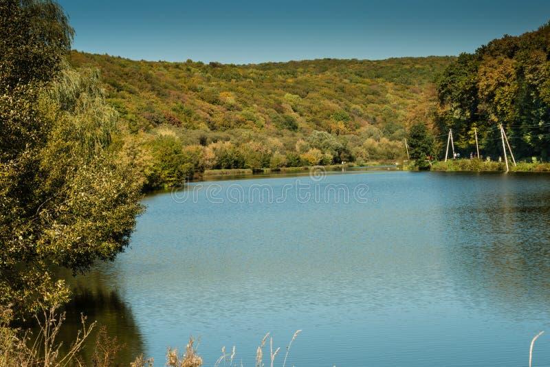 Detalhe de um lago bonito nas montanhas foto de stock royalty free