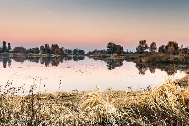 Detalhe de um lago bonito no por do sol foto de stock royalty free