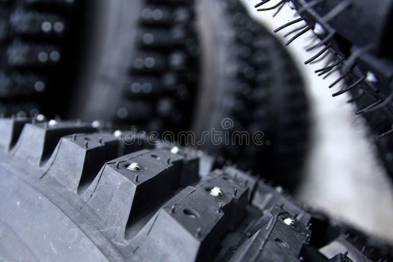 Detalhe de um pneumático com parafusos prisioneiros fotografia de stock
