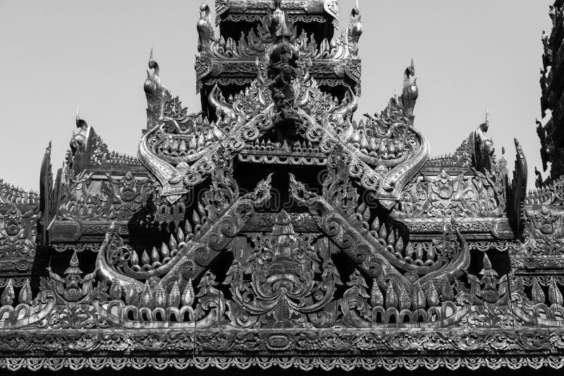 Detalhe de um templo de madeira com carvings bonitos em Bagan fotos de stock royalty free