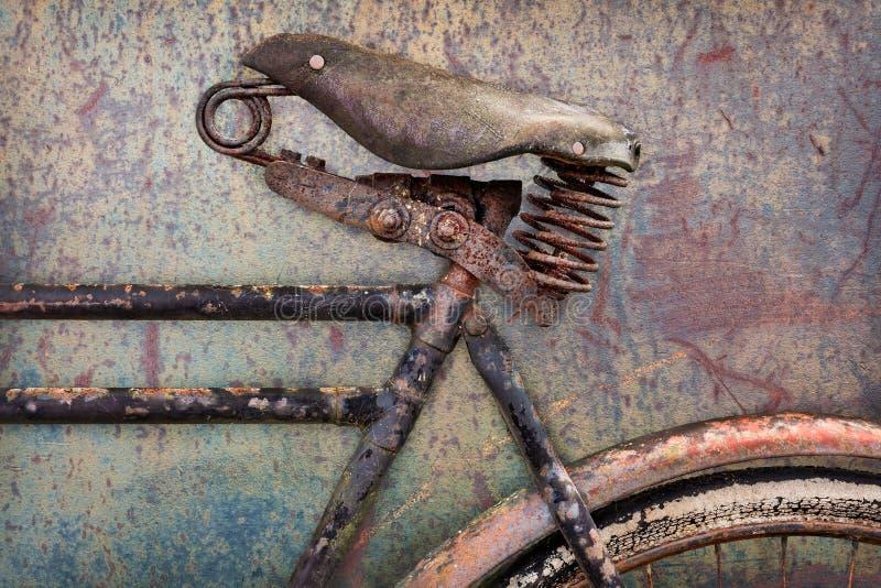 Detalhe de uma bicicleta antiga oxidada com assento de couro imagem de stock