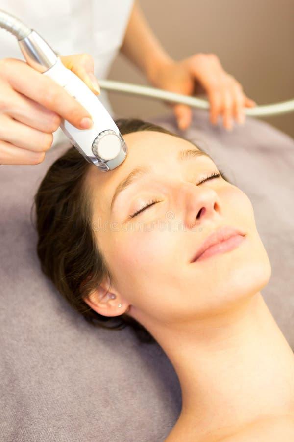 Detalhe de uma cara da mulher que recebe um tratamento facial da massagem imagens de stock royalty free