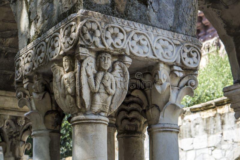 Detalhe de uma coluna dos restos de Santo André de Cloister de um antigo mosteiro em Génova talento fotografia de stock