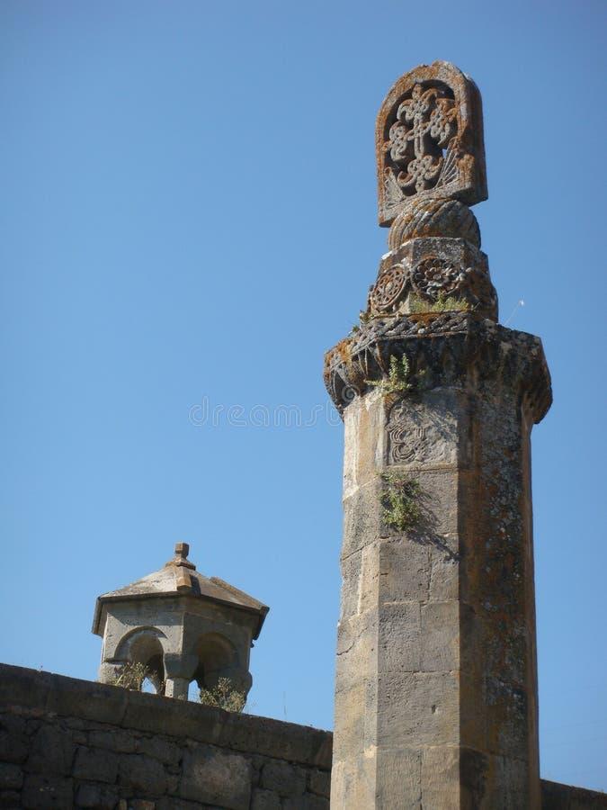 Detalhe de uma cruz da pedra na extremidade de uma coluna no monastério de Tatev em Armênia imagens de stock royalty free