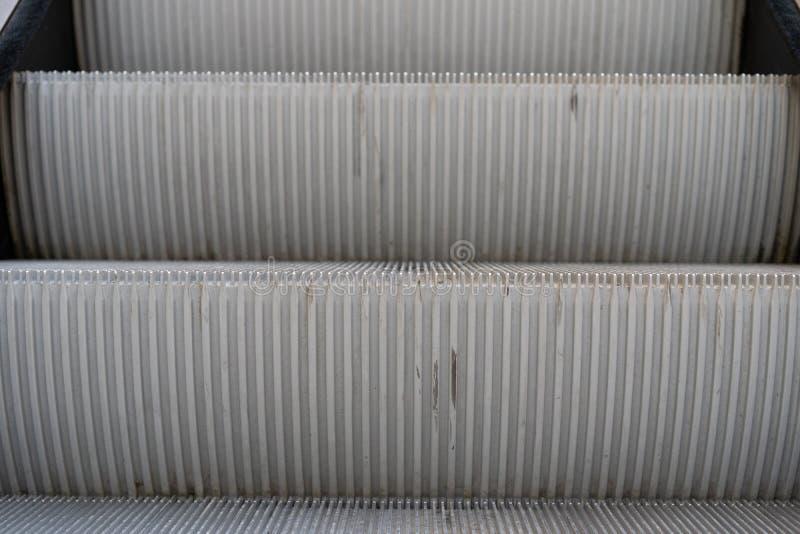 Detalhe de uma escada rolante com duas etapas representada da parte dianteira fotos de stock
