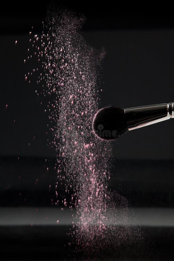 Detalhe de uma escova da cora com pó cor-de-rosa imagem de stock royalty free