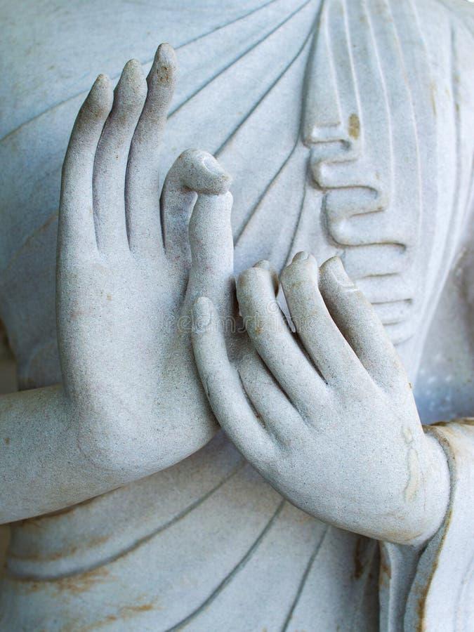 Detalhe de uma estátua branca da Buda com suas mãos Dedos no mudra fotografia de stock