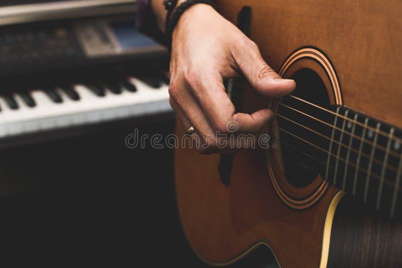 Detalhe de uma mão que joga uma guitarra clássica imagens de stock royalty free
