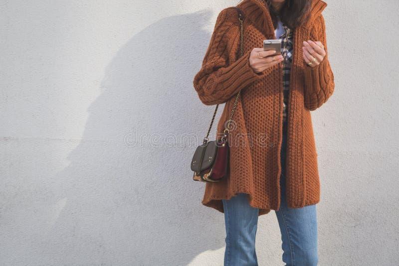Detalhe de uma menina que levanta em um contexto urbano imagens de stock