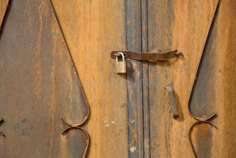Detalhe de uma porta e seu fechamento em uma casa velha do tradional em Moroc fotografia de stock